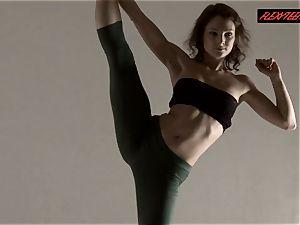 Razdery Noga in cock-squeezing yoga trousers